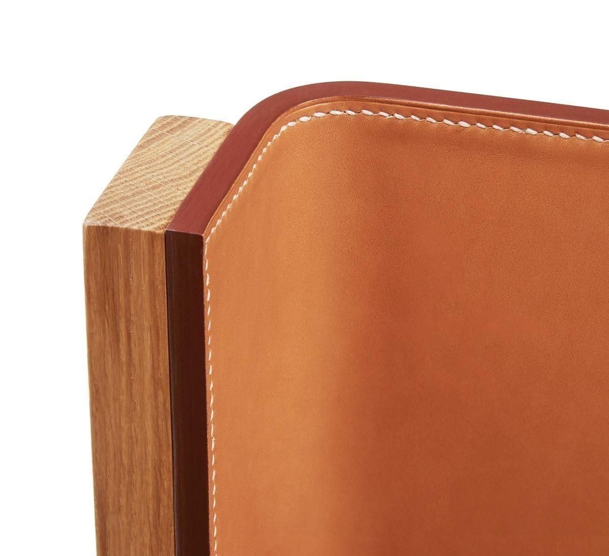 EQUIS D'HERMÈS 系列家具,椅背和座椅是採用愛馬仕專業的皮革工藝手工縫製,再由木頭托架相連,是極為困難的技術。
