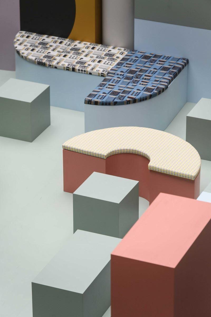 幾何形狀構成場中的座椅,包覆愛馬仕開發的布料,裡裡外外都很有看點!