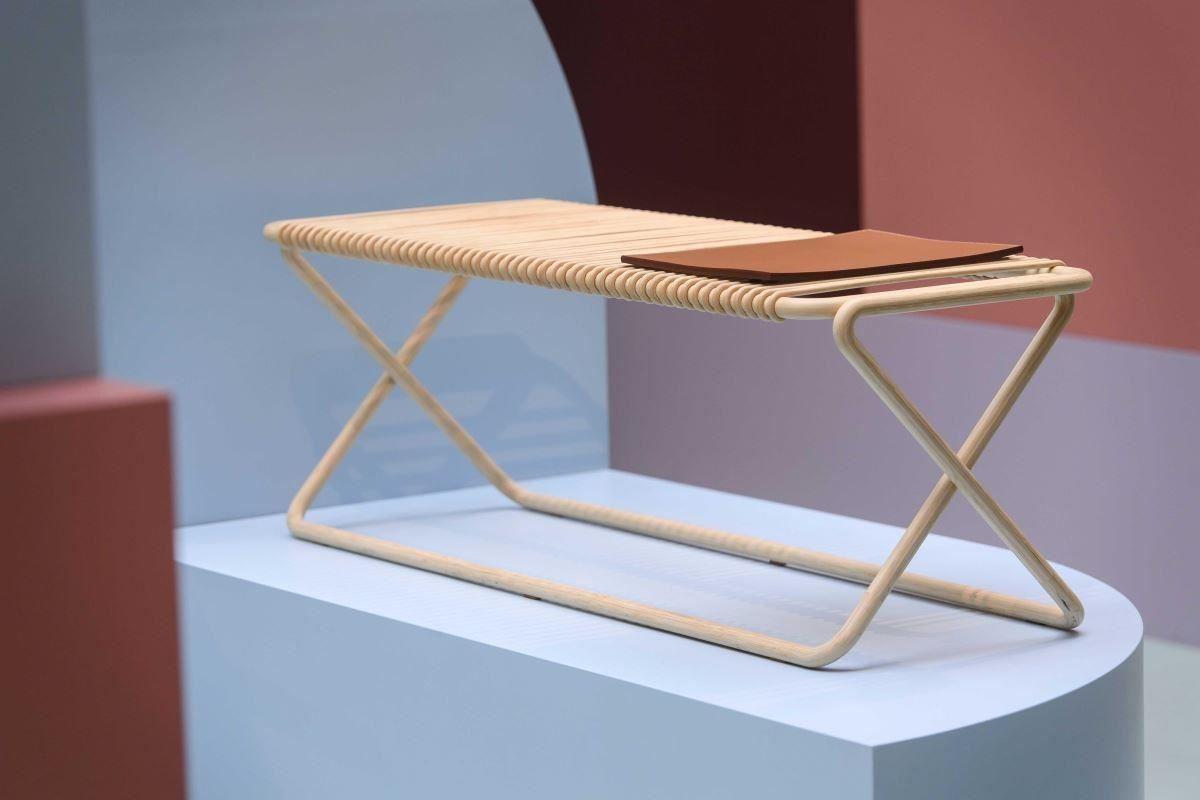 KARUMI 系列竹凳,展現極高工藝技術,形體採用竹子構成,猶如一劃而過的光線般輕盈。