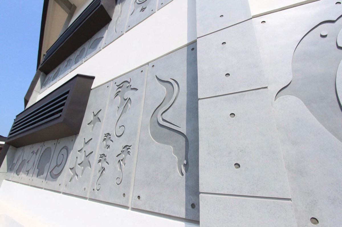 在朋柏團隊的專業協助下,為野柳海洋館重新換上輕盈的白色外牆,並搭配清水模的海洋動物浮雕。