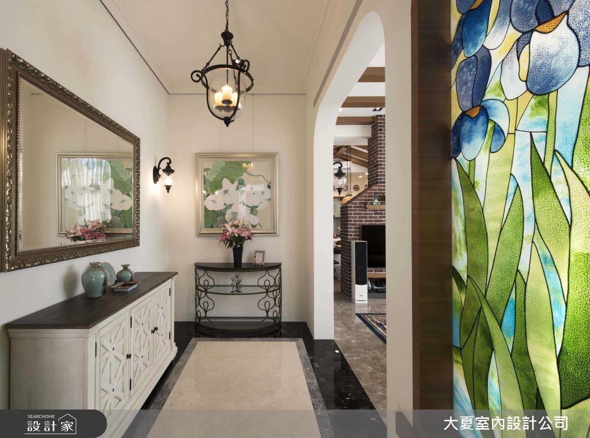 玄關牆面在圓拱造型及彩繪玻璃的藝術堆疊下,使空間呈現猶如國外大器優雅的空間質感。