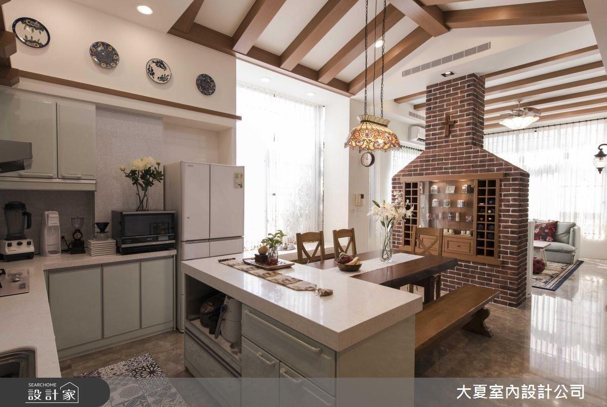 餐廳空間運用煙囪造型規劃女屋主的碗盤展示櫃;更巧妙將精緻收藏盤陳設於壁面,成為賞心悅目的絕佳端景。