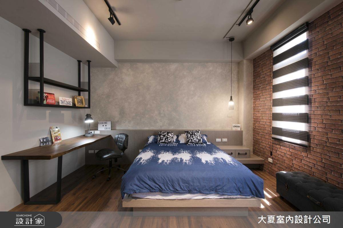 兒子房床頭以水泥感特殊漆鋪陳,呈現柔霧空間效果。並以鐵件、軌道燈元素搭配工業風的專屬個性。