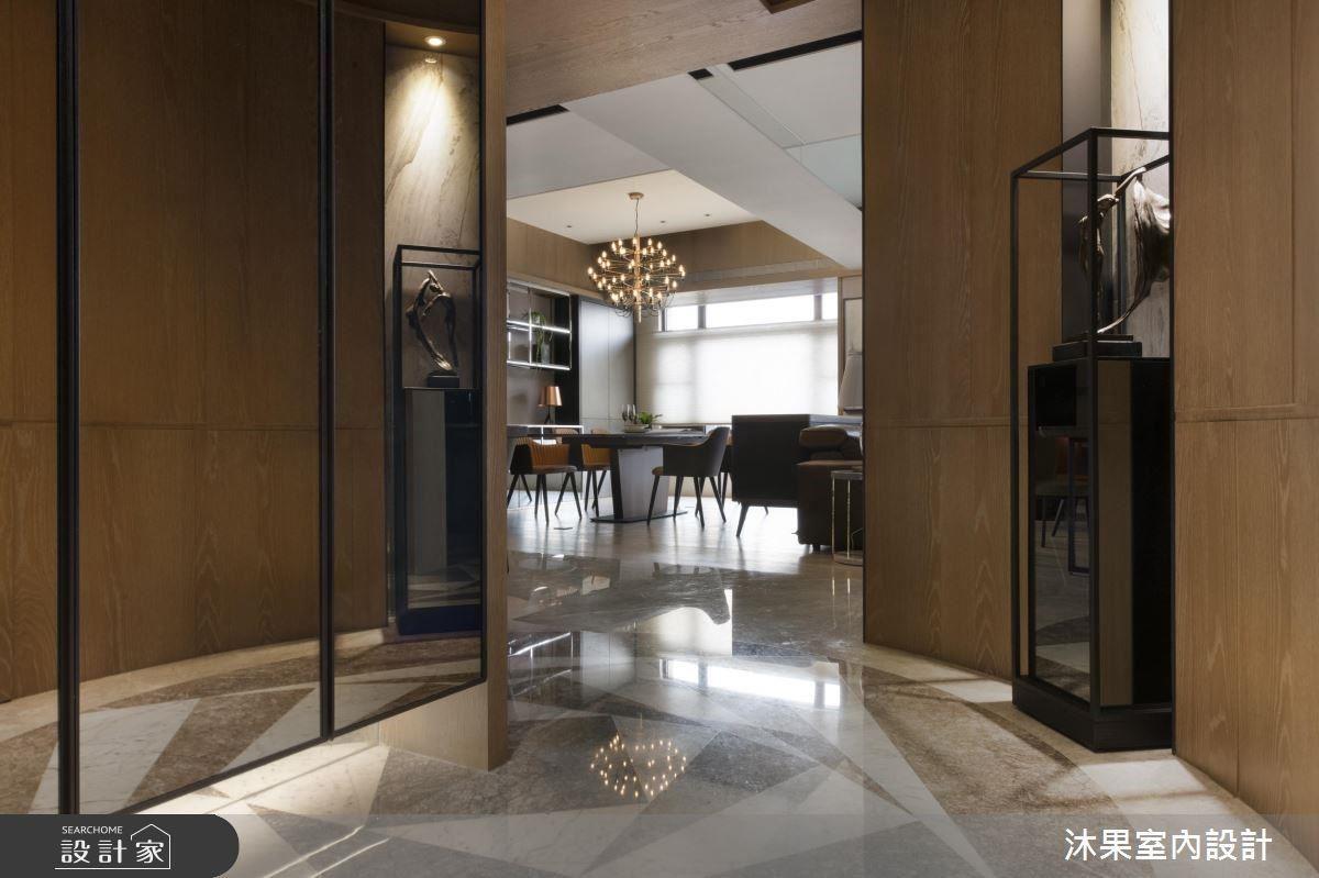 玄關地坪鋪陳天圓地方拼花地磚,展現中華文化中的圓滿規矩精神。