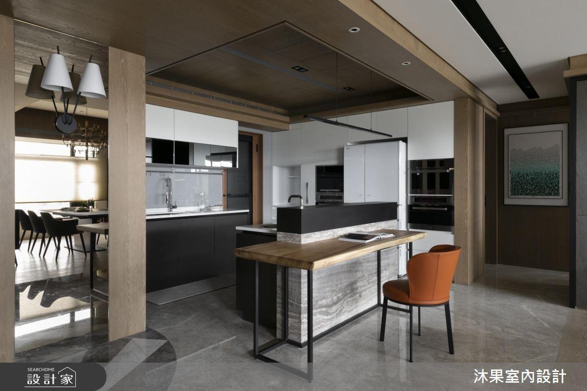 廚房吊櫃的門片採明鏡貼心設計,利用反射,便利屋主查看後方動靜。