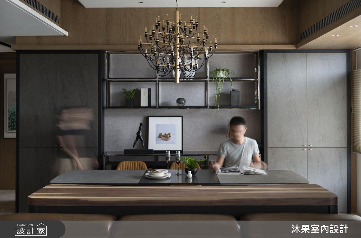 餐廳左後方設計展示牆及隱藏式佛桌,讓牆面美觀有層次。