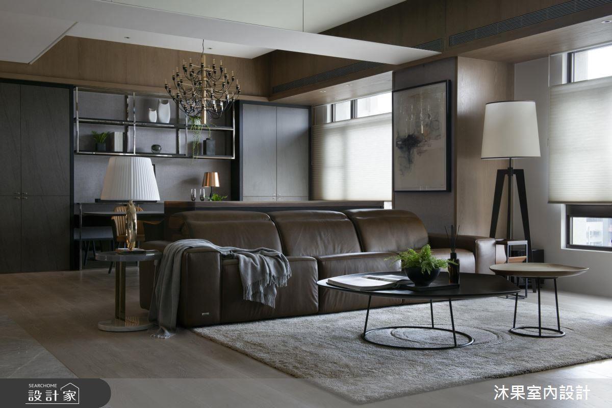 天花板上的大樑加上明鏡,使客廳與餐廳在視覺上接合在一起,並增加向上的延伸感。