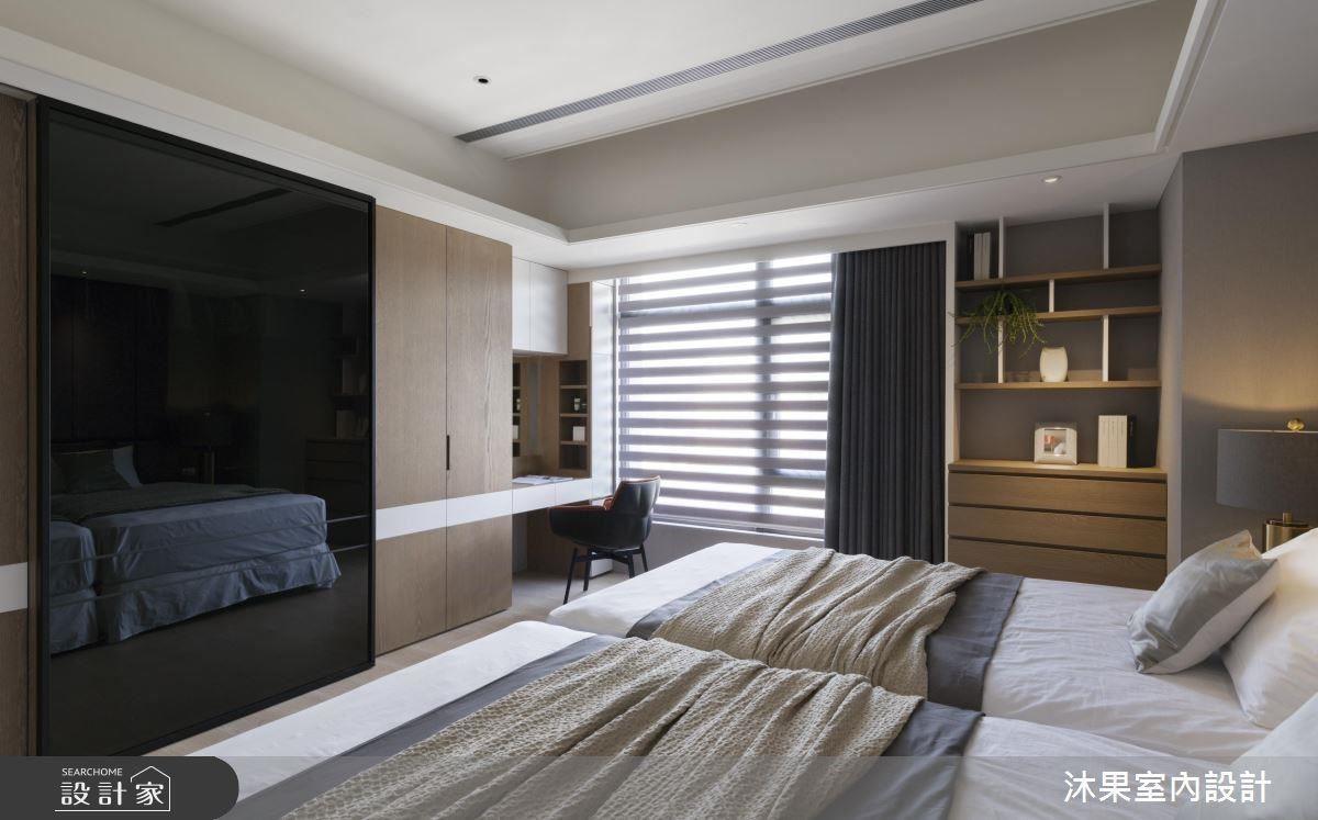 主臥運用多功能衣櫃巧妙隱藏電視機身,不僅達到美觀性,更大幅提升空間機能,滿足屋主生活需求。