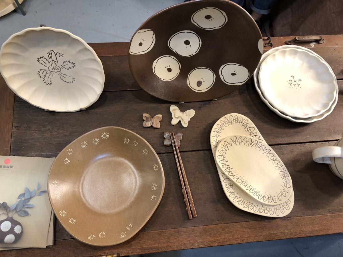 「植島陶製」擅長鑲嵌技法,讓台灣植物的型態綻放於盤中。