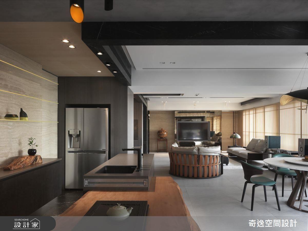 天花板露出原有結構,並設計黑色線條裝飾,拉高視覺高度與層次。