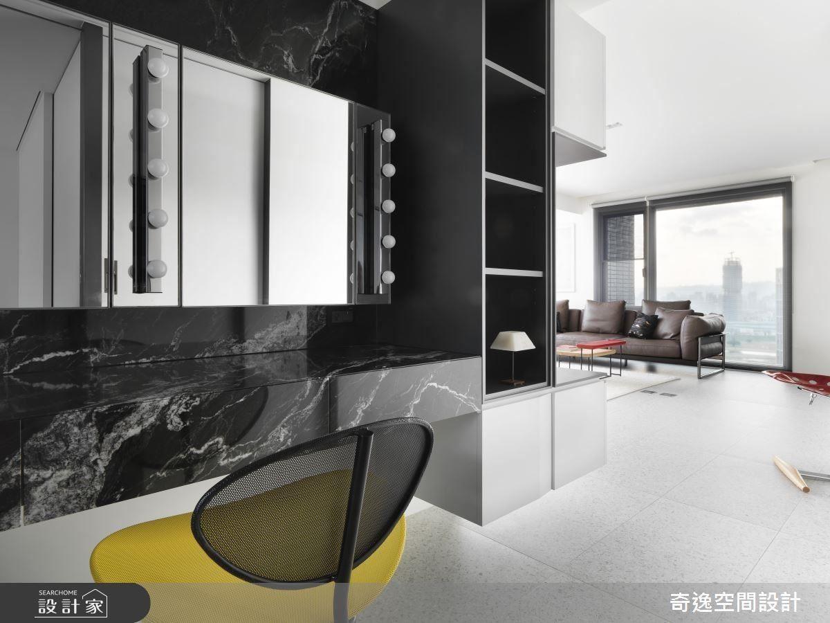 黑色天然石材及好萊塢燈泡,為梳化間締造專業的空間氛圍。