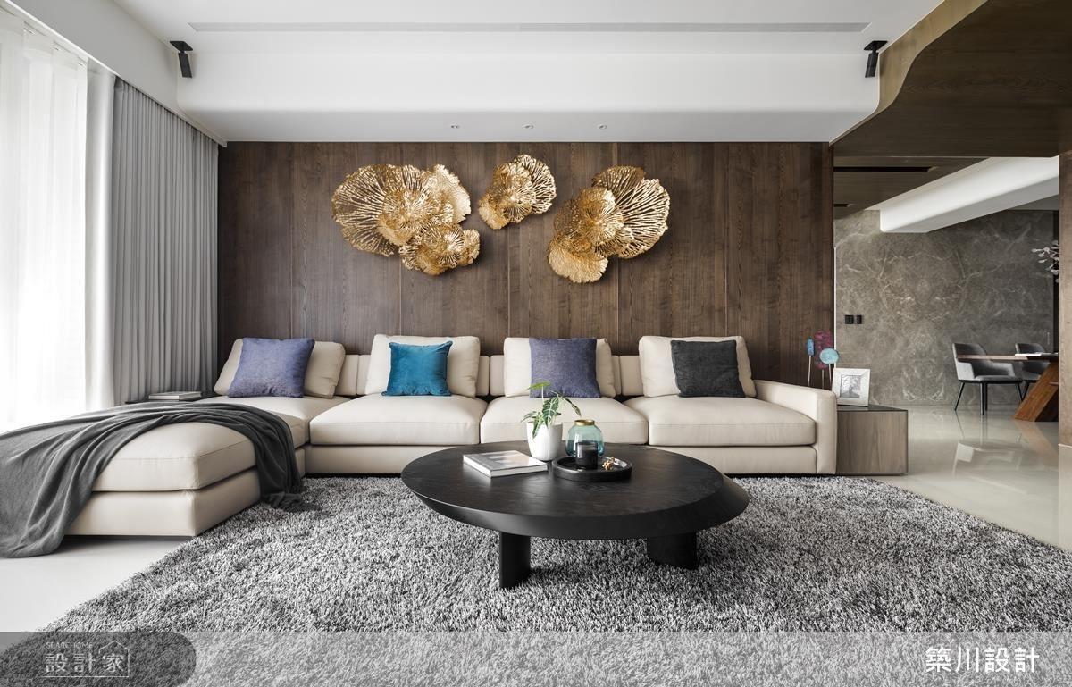 客廳沙發背牆透過異材質拼搭,創造空間華美現代底蘊。