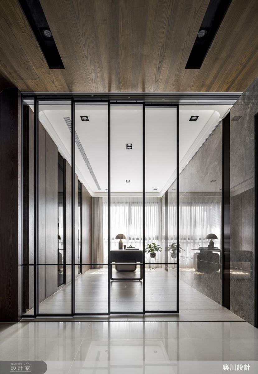 書房藉由玻璃拉門設計,使光線能自由流淌於空間。