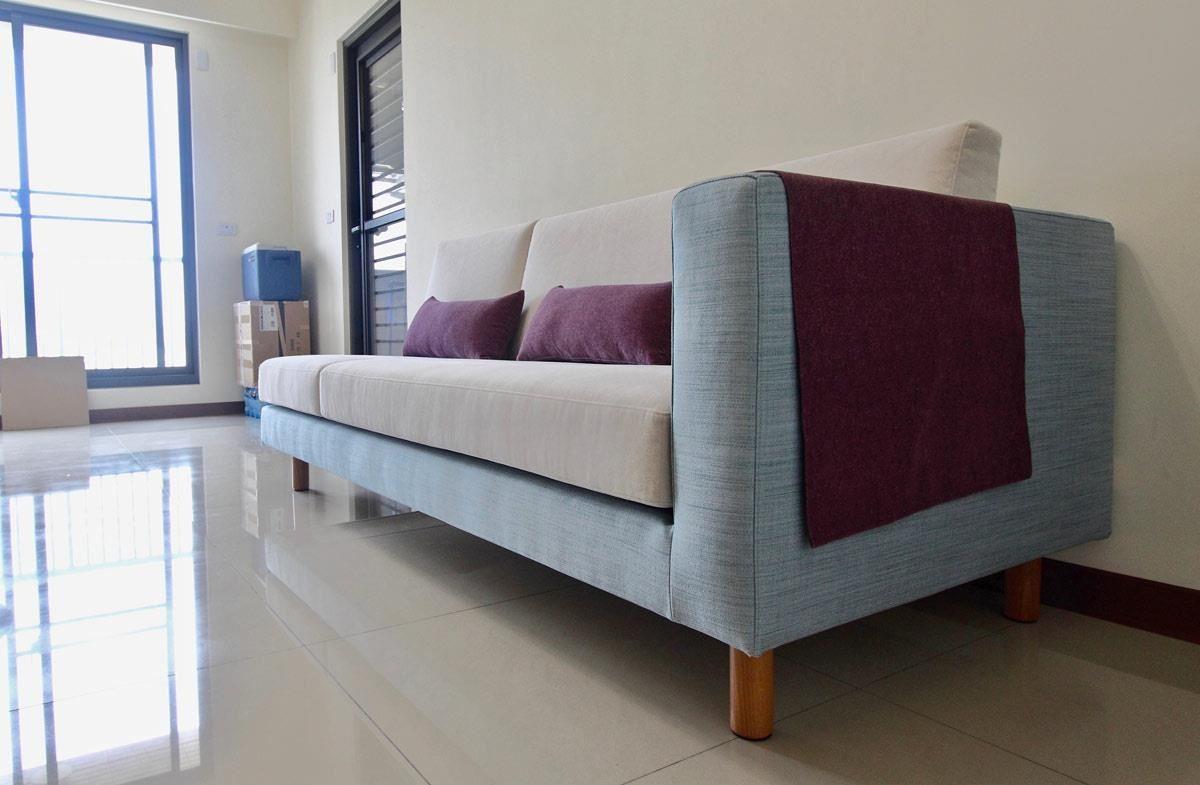 雙子星沙發三人單扶手,仿亞麻布料的基座搭配貓抓布的坐墊。維持最大的使用空間,減少一邊的扶手也是個不錯的方法。