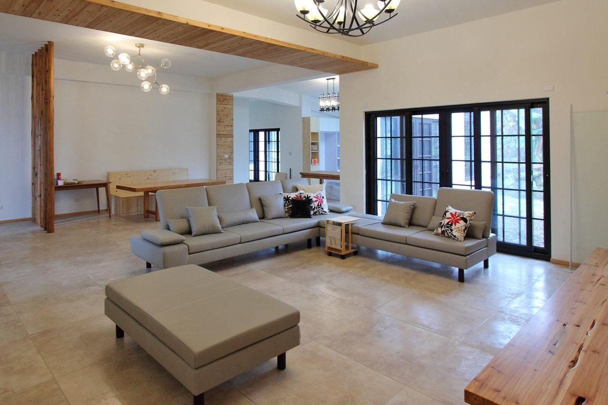 豪宅沙發就是要 Double L(其實是ㄇ型)!水泱泱沙發,四人座與三人座搭配的大L型與加長腳几,椅背不同高低的層次感,以義大利進口牛皮呈現豪宅大器質感。