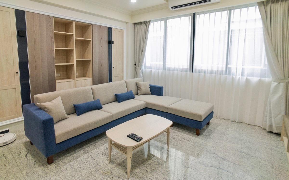 雙子星沙發 3L 訂製加寬,奶茶色坐墊 + 靠墊混搭海軍藍,布料為以色列貓抓布。