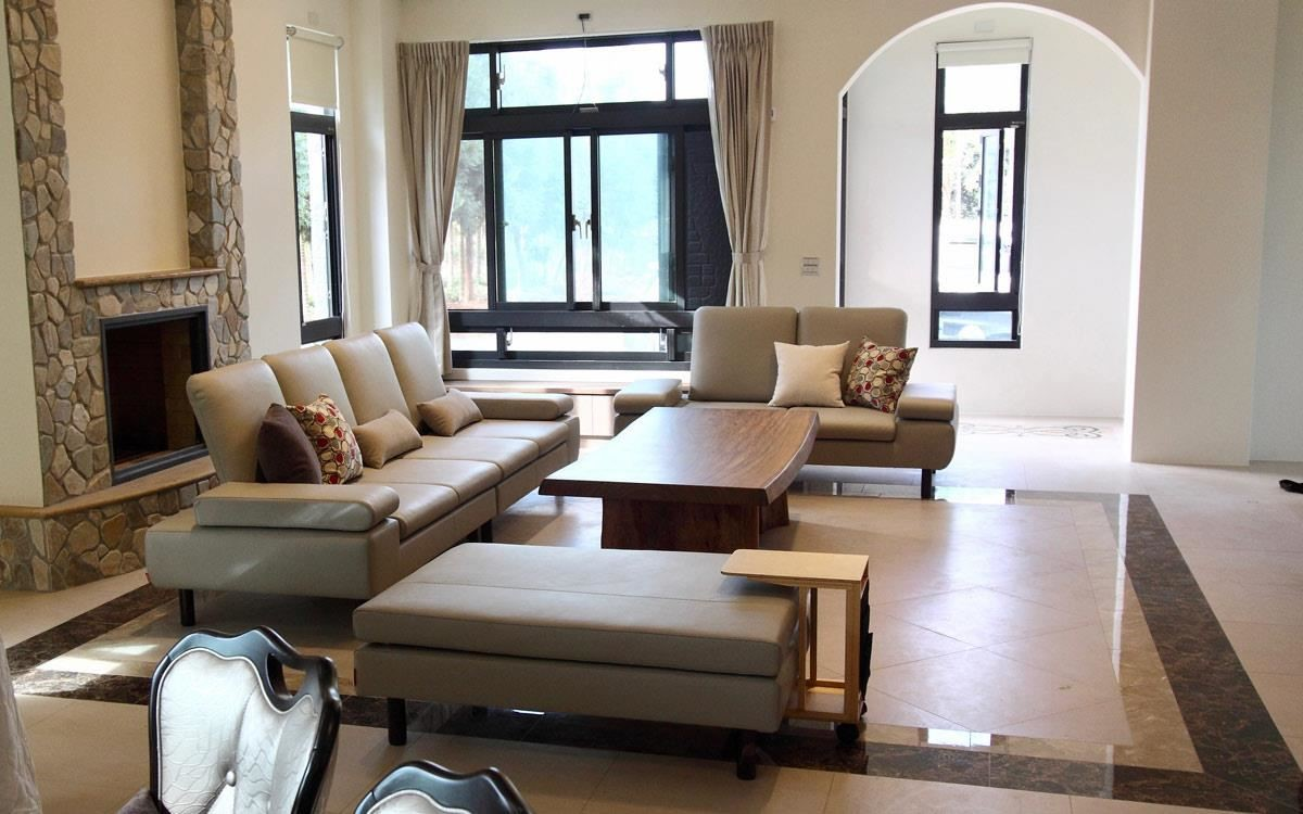 豪宅沙發這樣搭配更有高端質感!水泱泱沙發的薄型椅背散發高雅氣質,外觀使用義大利半苯染牛皮,質感好且使用壽命較長。