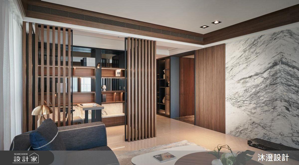 明亮的客廳,以深色沙發對比成為視覺焦點,並利用白色抱枕及縫線降低大型軟件的厚重感。