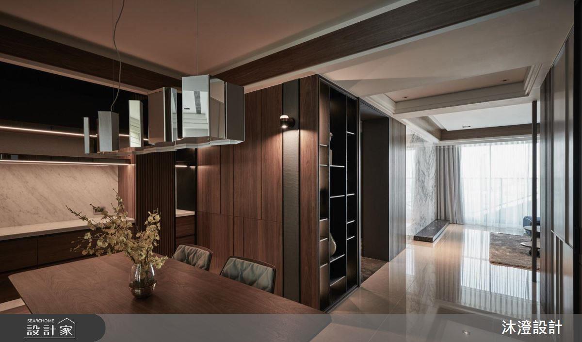 餐廳櫃體以大理石材、木紋、灰鏡等多元材質的堆疊造就空間的層次感。