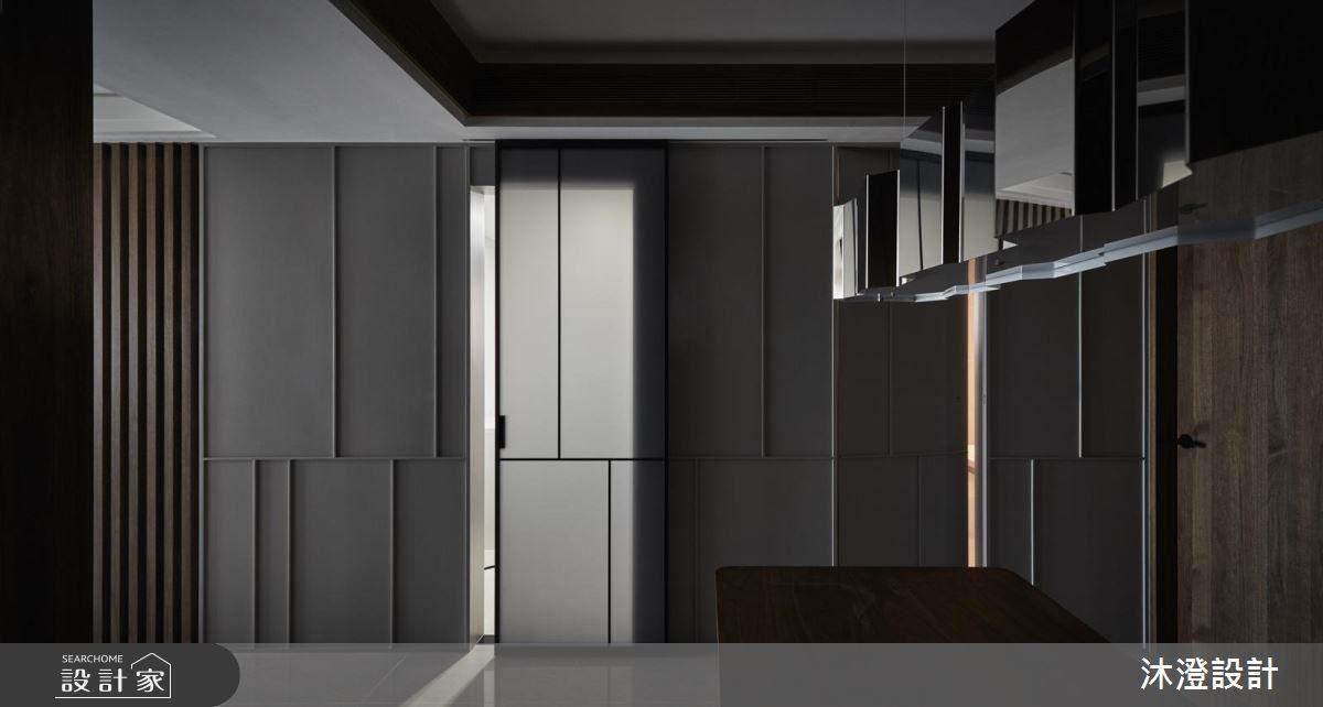 餐廳牆面的淡灰色壁面,鋪陳沉穩雅韻,同時讓深色木櫃包圍的空間更為明亮。