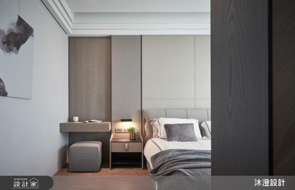 主臥房床頭背牆以馬鞍皮及皮革點綴灰色牆面,營造時尚飯店風的舒適豪華感。