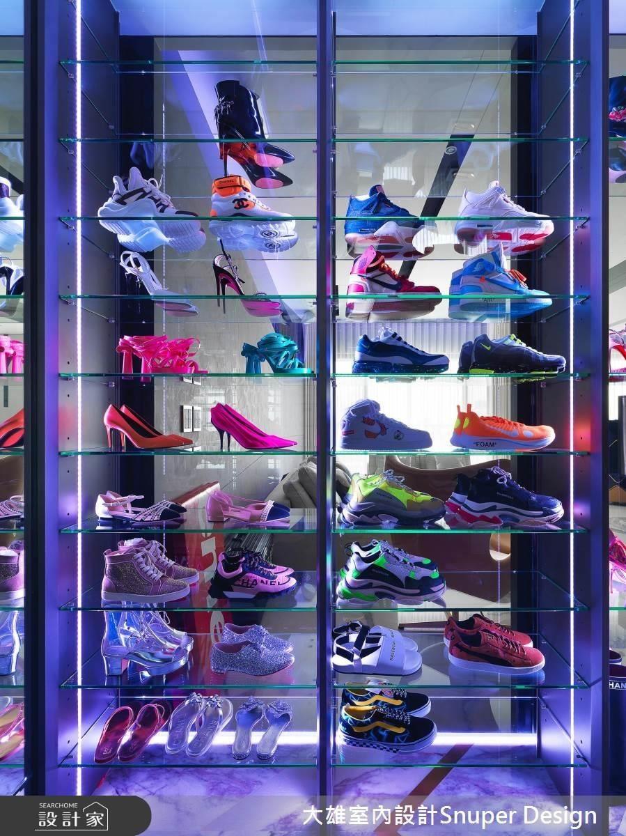 在一般住家空間中,跳脫居家尺度的鞋櫃,改為大尺度展示櫃體的鞋櫃,將屋主的興趣及喜好展露無疑。