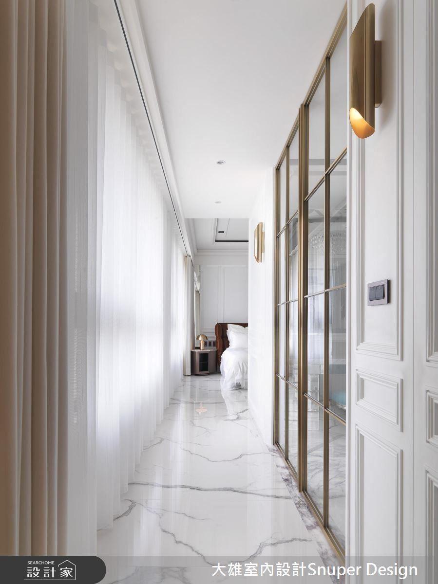 更衣室的門口宛如公私領域的中介,以白、金構成的立面,綻放新古典與潮流接軌的時尚切面。