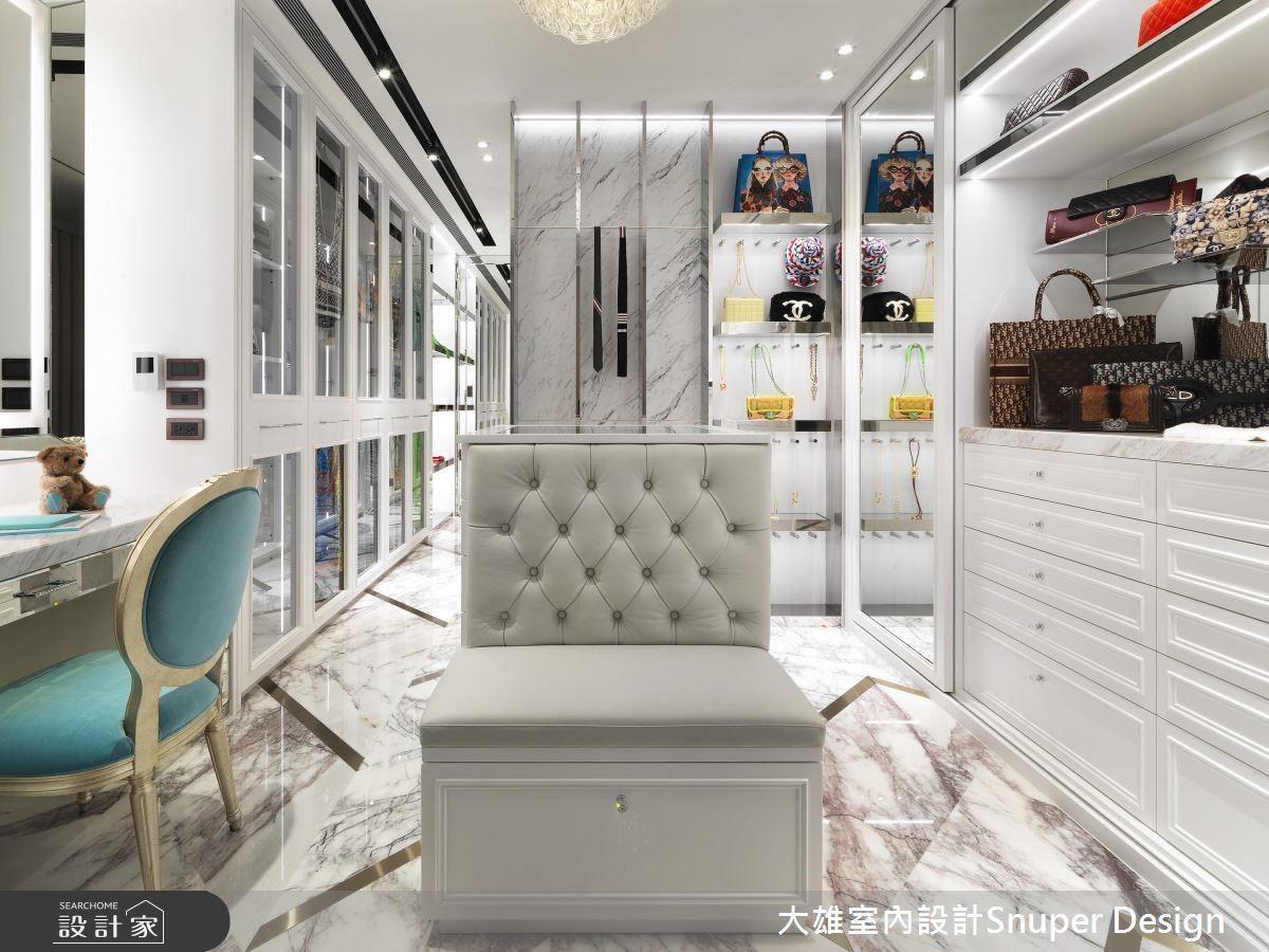 寬敞的更衣室尺度,為屋主夫妻量身訂製,除了分門別類的收納規劃,另外也有梳妝台、更衣、換鞋椅等機能。