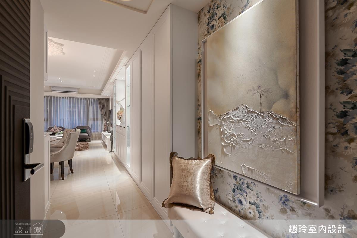 玄關壁面藉由壁紙鋪敘,為進門視野締造濃厚的古典風華。