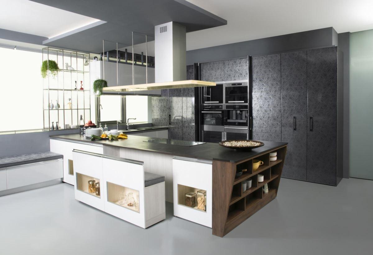 廚具家具化,與餐椅、臥榻結合,連排油煙機也成為亮眼的照明燈飾,消弭廚房與起居區壁壘分明的界線。
