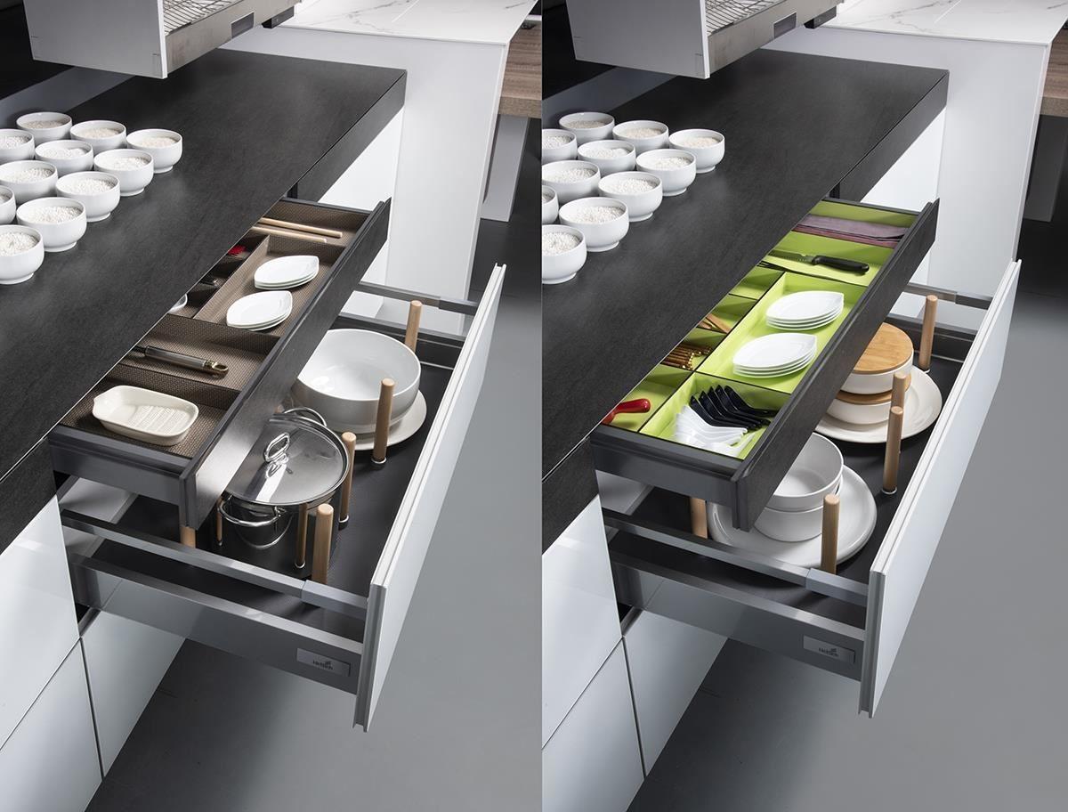 外觀看似超厚檯面,其實內含隱形抽屜,不僅發揮廚具收納量身訂製的強項,更將最新設計趨勢引進設計中。