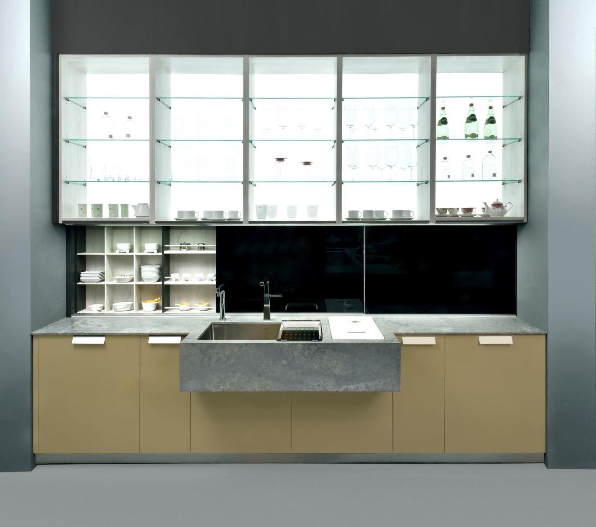 超薄檯面、超厚清水混凝土水槽的視覺反差,以及超高櫃體結合利背光照明,彰顯展示陳列效果的設計,都是今年米蘭展的最新趨勢。