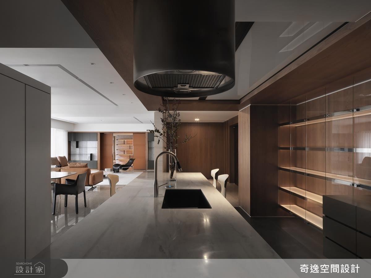 廚房的造型抽油煙機兼具俐落感及機能性,讓屋主在優雅氛圍中享受美食不受油煙困擾。