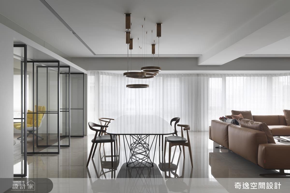 餐廳選用手工銅製造型吊燈,隨著自然的氧化反應,為每一盞燈創造獨特紋理。