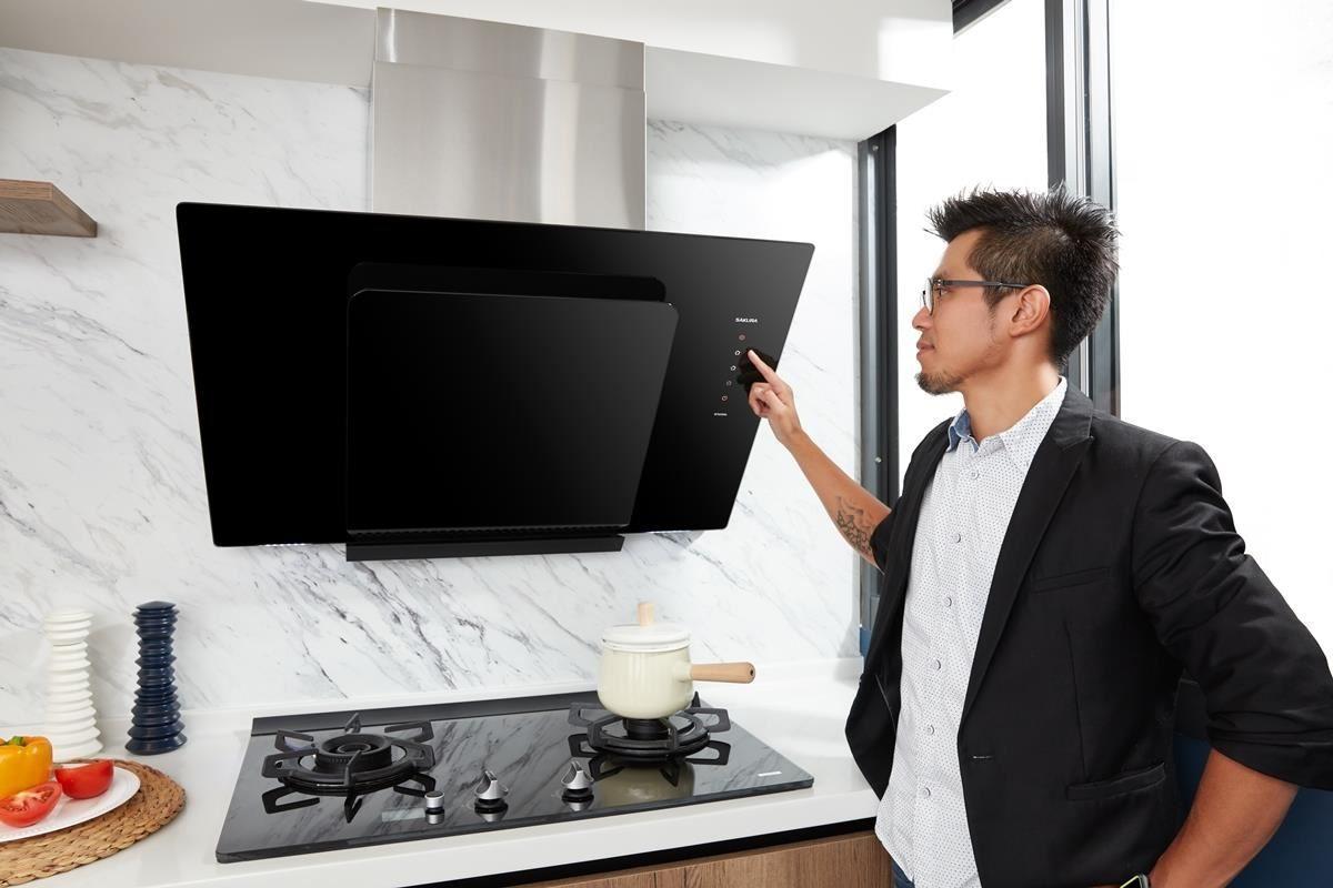 張家翰設計師示範櫻花 R7600 近吸除油煙機的使用方式。