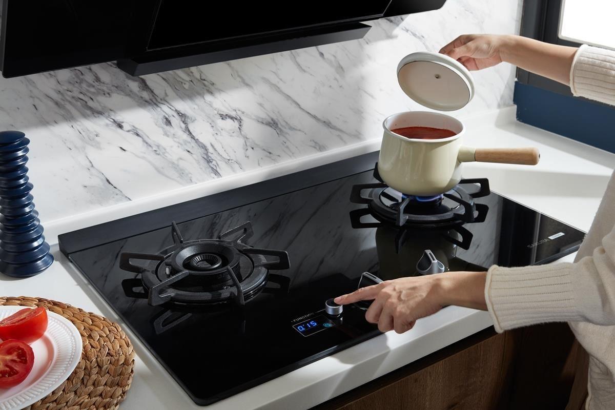 櫻花 G2928G 智能雙炫火二口玻璃檯面爐的優質設計,讓新手人妻可自在控火、掌握時間。