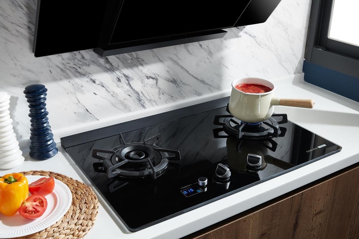 櫻花 G2928G 智能雙炫火二口玻璃檯面爐上設有功能旋轉鈕,調整到一鍵煲湯模式,便可安心離開爐火,處理其他家事。
