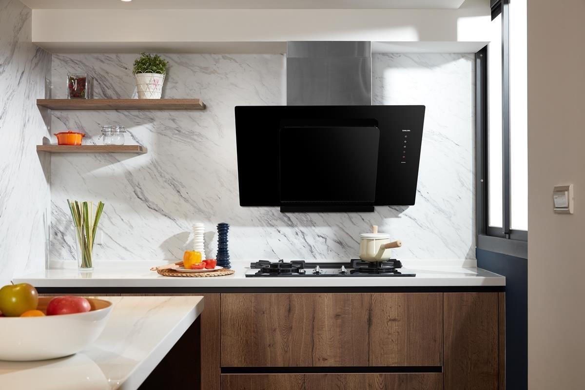 櫻花 R7600 近吸除油煙機與智能雙炫火二口玻璃檯面爐,擁有黑色調的高質感鏡面,低調時尚可融入各種風格廚房。