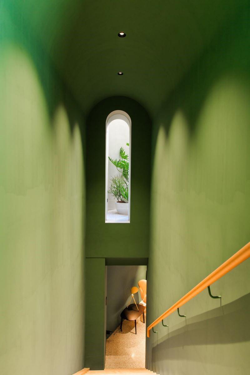 樓梯間通常是讓人感到無趣的角落,通過開啟一扇小拱門,在幽微的畫面中,框出了光線變化,讓這個角落更有趣味。