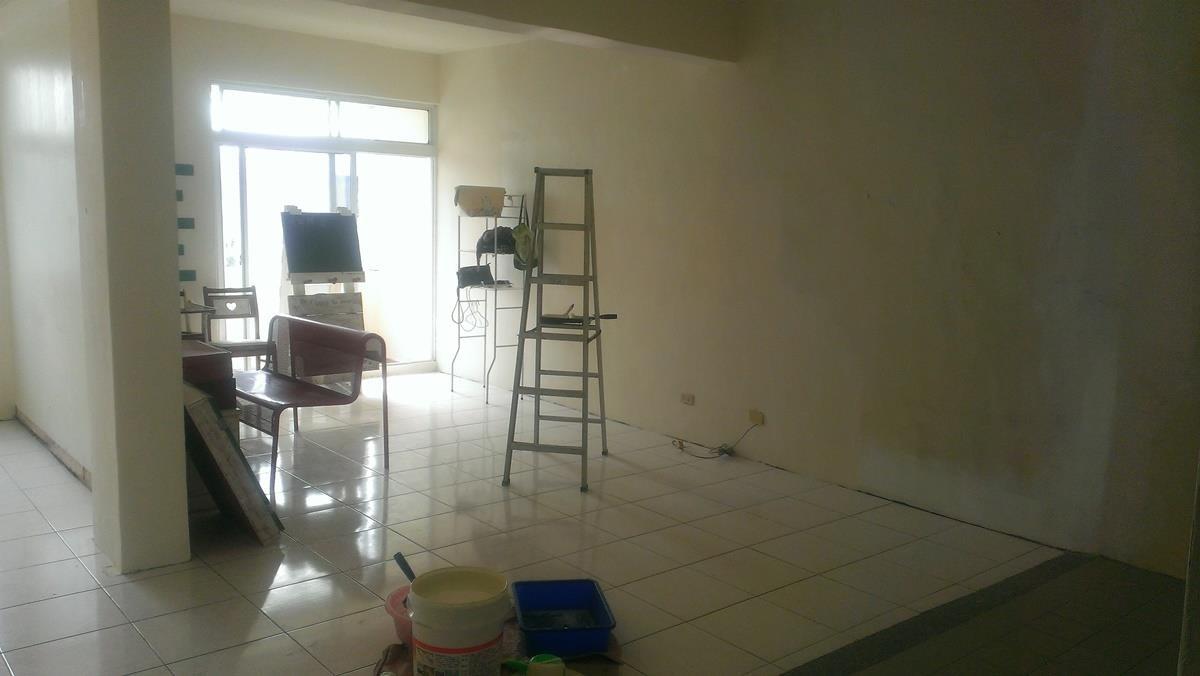 客廳刷油漆中。