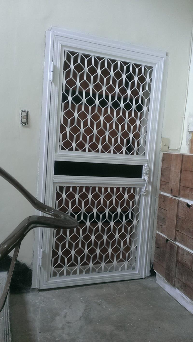 把老鐵門重新上漆。