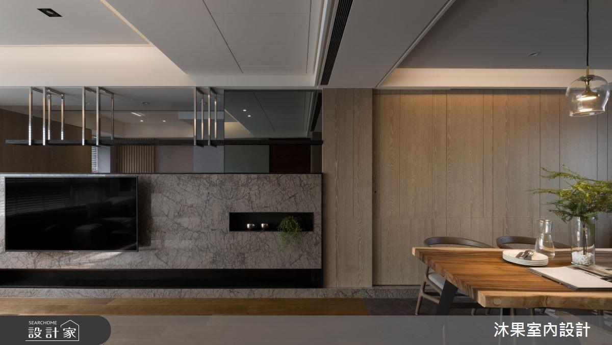 客廳電視牆透過大理石材為空間挹注大器感受。