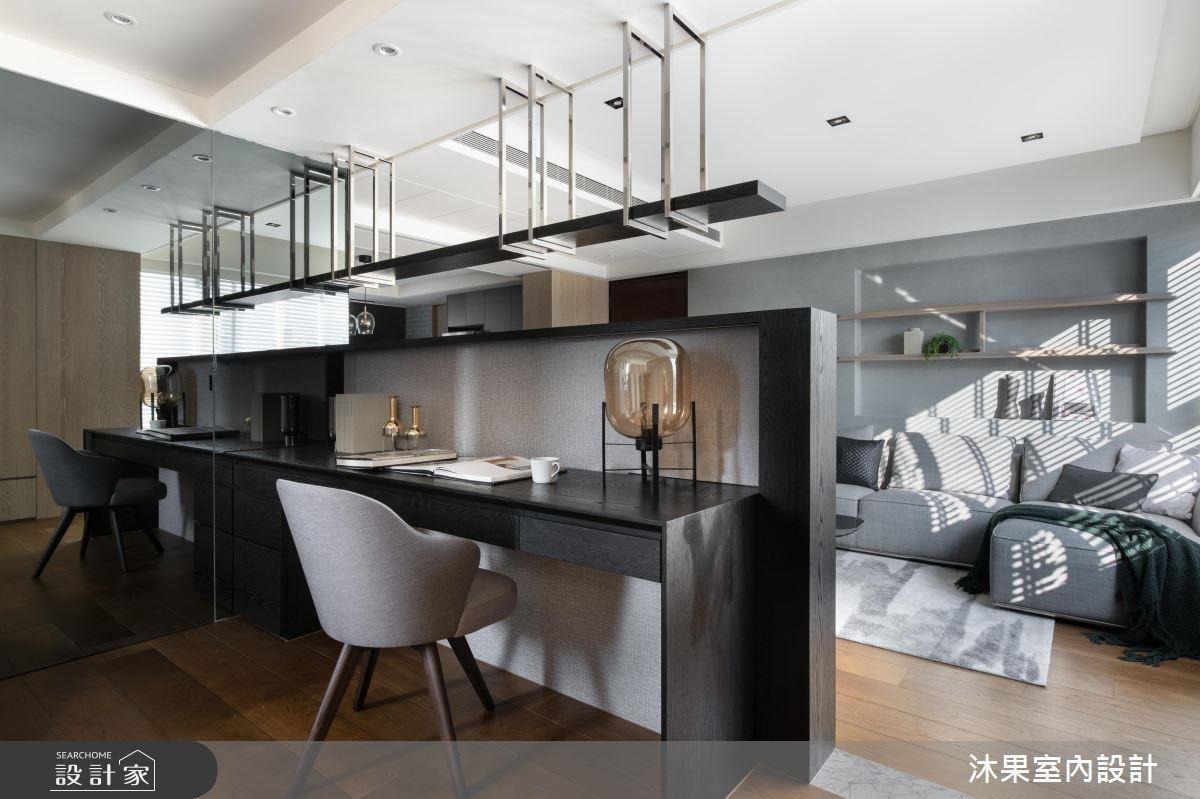 一道灰鏡門片,彰顯了主臥與書房的連通性,設計師以田字型動線緊密串連客廳、餐廚、複合書房與主臥的關係。