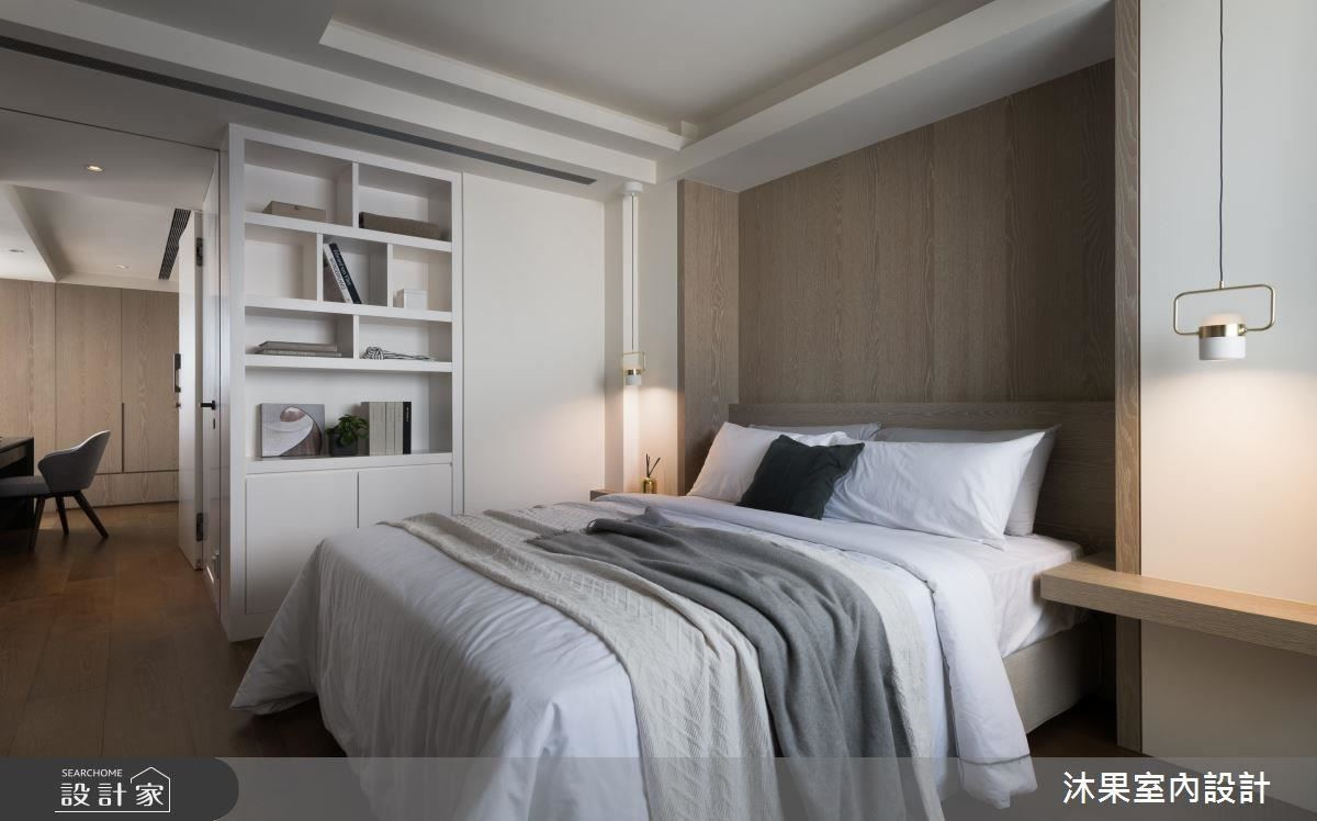主臥以對稱木作與燈飾佐以簡約色彩,創造宛如精品旅館的舒眠氛圍。