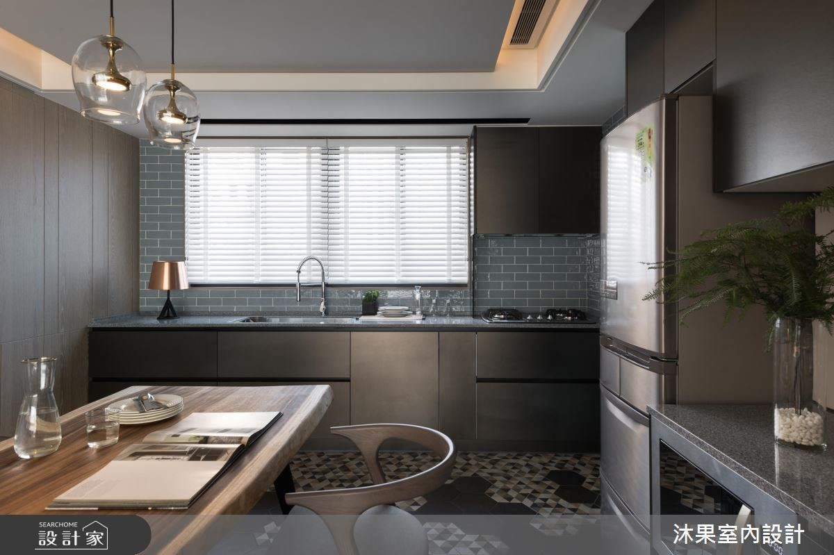 蘊藏活潑六角磚與土耳其藍進口磚,遇見雨豆木材質的長餐桌,激發出東西合璧的和諧美感。
