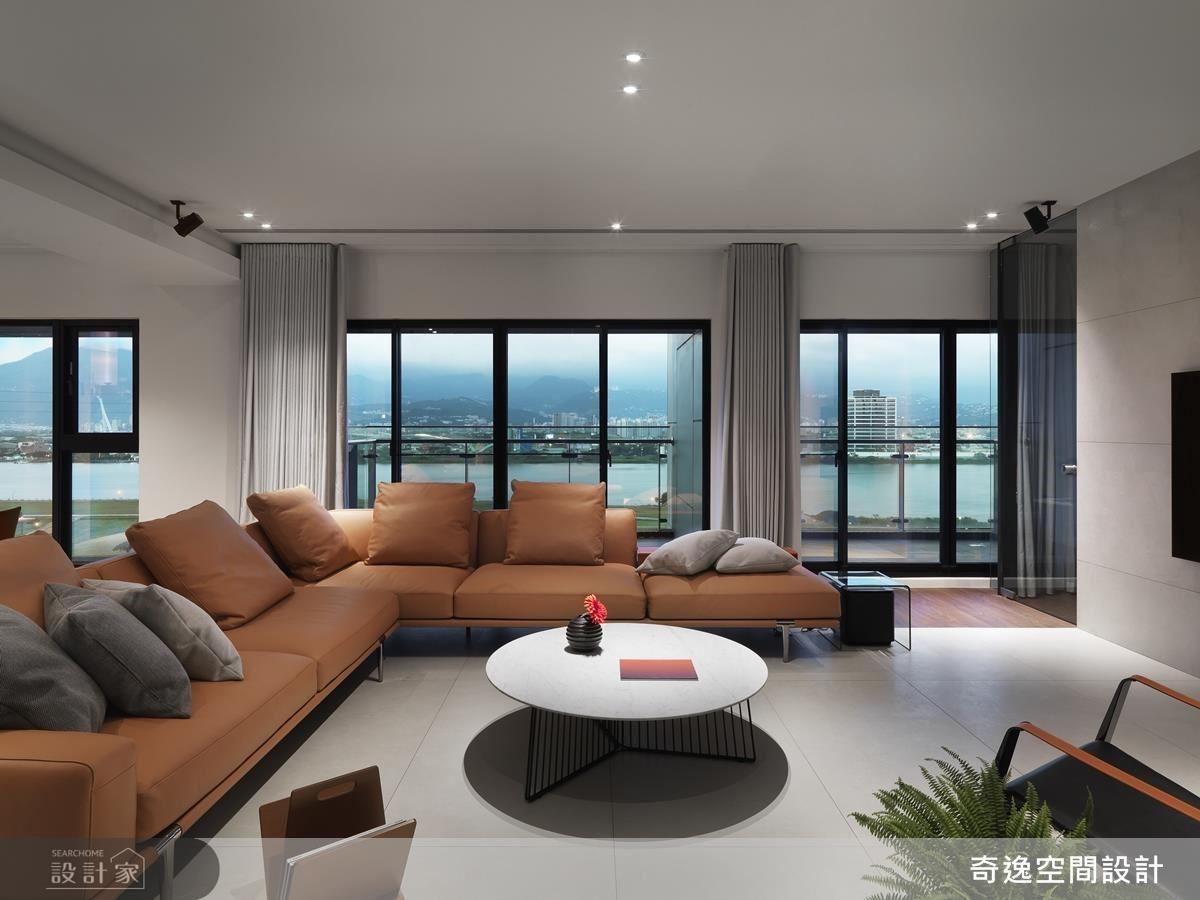 公領域選用咖啡色 L 型沙發襯托空間氣勢,更以大地色調散發舒適優雅氣息。
