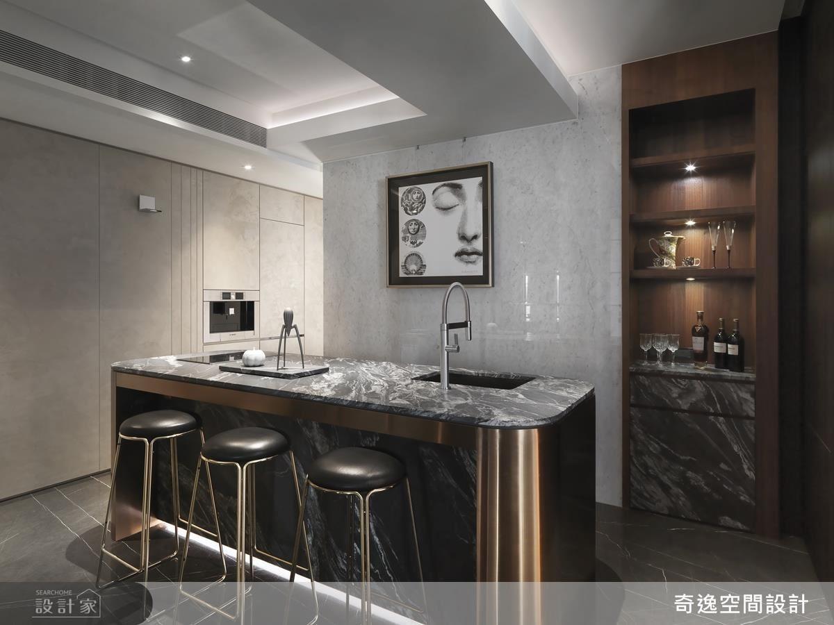 廊道中島吧檯選用鈦金元素包覆,為場域增添精緻華麗質感。