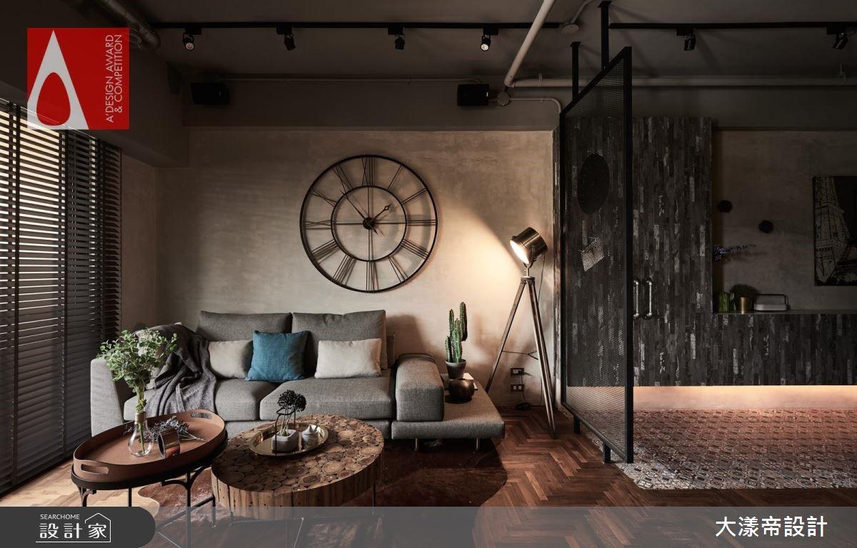 宛如置身塞納河畔的人文咖啡館,這間 28 坪 Loft 風住