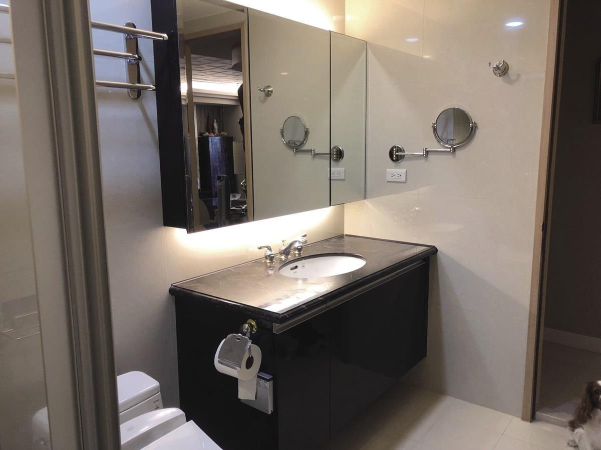 (Before)原本的衛浴空間裡以深色大理石打造的檯面。