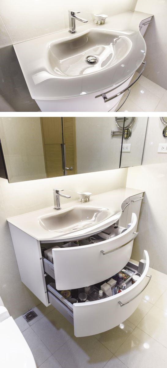 拉開洗手檯下方的白色櫃體,順暢的拉取感受,加上剛好的收納量,讓黃先生一家人非常滿意。(圖片提供_DECO居家)